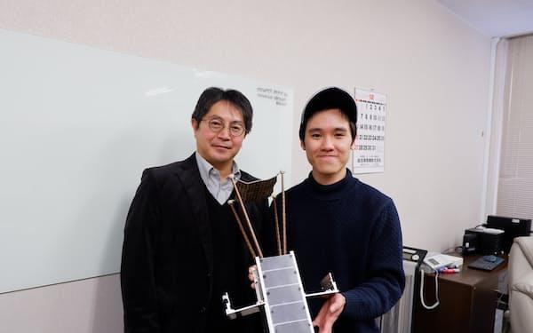 室蘭工大にとっては初めての衛星打ち上げとなる(航空宇宙機システム研究センターの内海政春教授㊧)