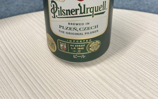 チェコの高級ビール「ピルスナーウルケル」を投入する
