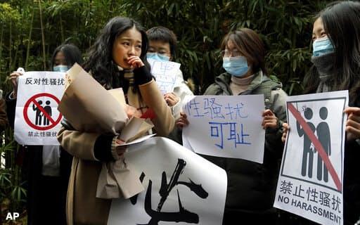 弦子さんの初公判には多くの支持者がつめかけた。中国では異例の裁判ということもあり、多くの関心を呼んだ=AP