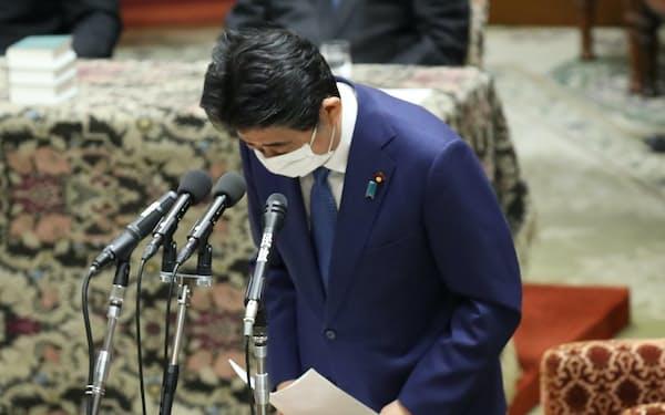 「桜を見る会」前夜祭を巡る過去の国会答弁について説明し、謝罪する安倍前首相(25日)