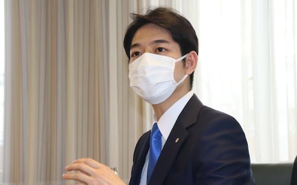 日本経済新聞のインタビューに応じる北海道の鈴木直道知事(25日、北海道庁)