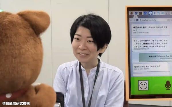 情報通信研究機構などが開発した、相手の表情やしぐさを観察しながら会話する犬型コミュニケーションロボット「MICSUS」(手前) 同機構提供