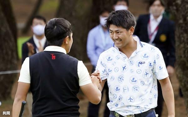 ダンロップフェニックスで優勝争いをした石坂友宏(右)ら、2020年は若手の台頭も目立った=共同