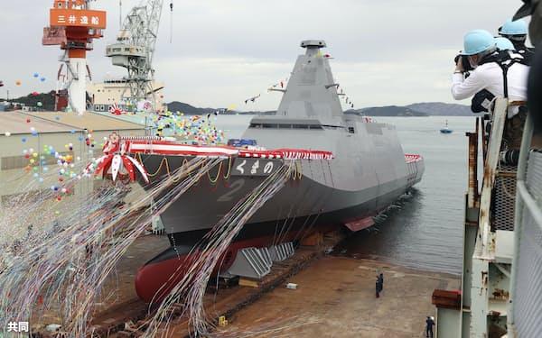 進水する新型護衛艦「くまの」(11月、岡山県玉野市)=共同
