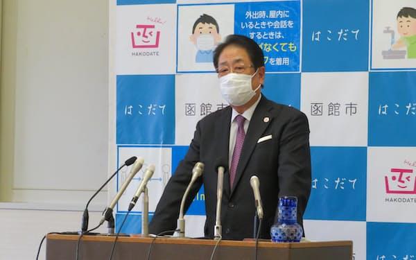 記者会見する北海道函館市の工藤市長