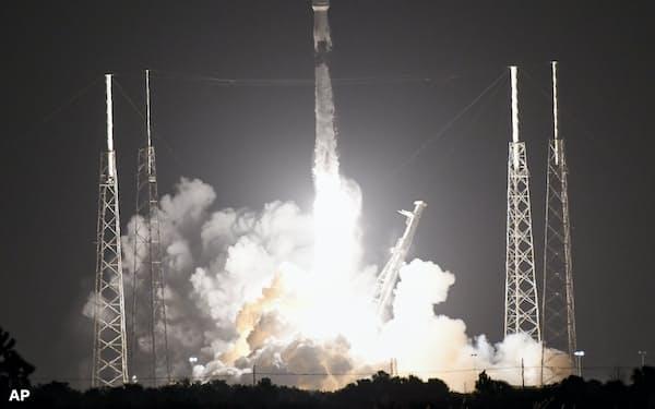 ネット接続に使う衛星を載せたスペースXのロケット「ファルコン9」= AP