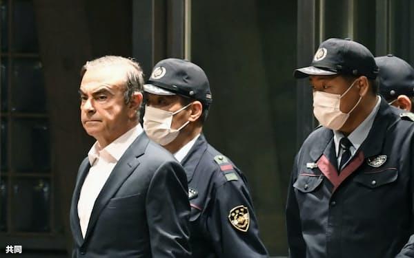 保釈され拘置所を出るゴーン被告(左端)。約8カ月後に海外へ逃亡した(2019年4月、東京・小菅)=共同
