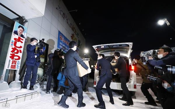 吉川元農相の事務所の家宅捜索を終え、押収物を車に積み込む東京地検特捜部の係官ら(25日午後、札幌市)=共同