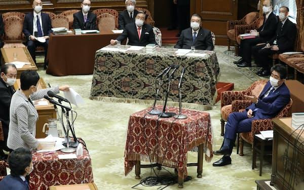 衆院議運委で野党議員の質問を聞く安倍前首相(25日)