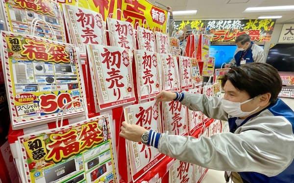初売り用の売り場をつくる上新電機の社員(25日、大阪市のジョーシン日本橋店)
