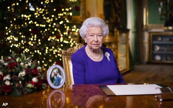 国民向けのクリスマスメッセージを述べるエリザベス女王=AP
