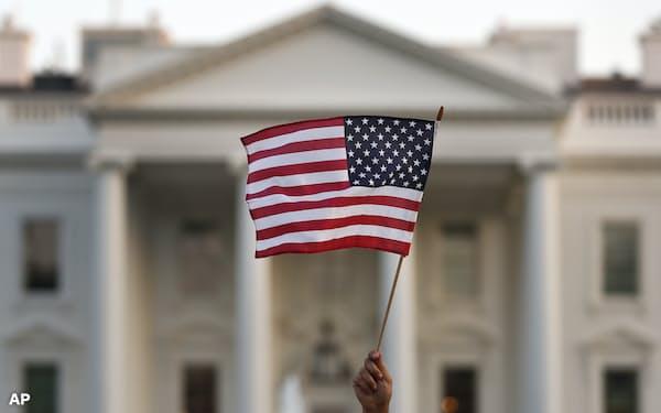 米国旗とホワイトハウス=AP
