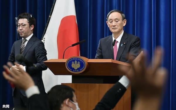 記者会見で質問を受ける菅首相(25日午後、首相官邸)=共同