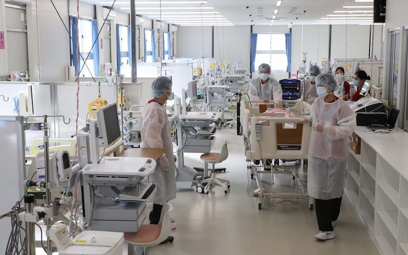 「大阪コロナ重症センター」で研修する看護師ら(20年12月、大阪市住吉区)