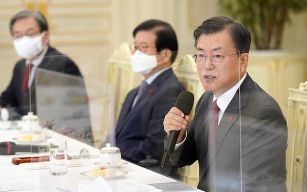 韓国の文在寅大統領㊨は22日に説明した時点で「ワクチン製造国が接種で先行するのは仕方がない」と語っていた