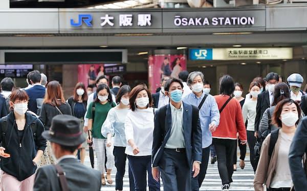 出勤する人たちが行き交うJR大阪駅前(20年5月)