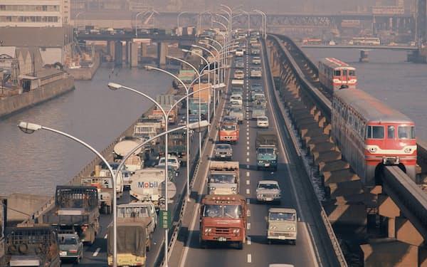 渋滞する高速道路(1973年)