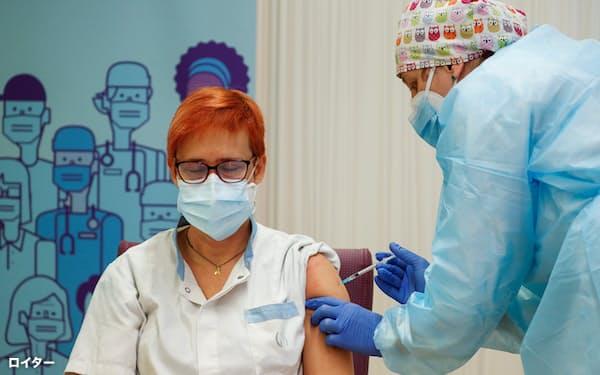 欧米各国では新型コロナウイルスのワクチン接種が始まった(写真はスペインの介護施設で接種を受けるスタッフ)=ロイター