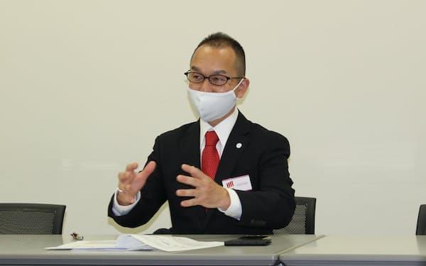 東証マザーズに上場し記者会見するクリングルファーマの安達喜一社長(28日)
