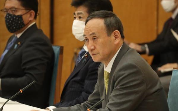 新型コロナウイルス感染症対策本部の会合で発言する菅首相(28日、首相官邸)