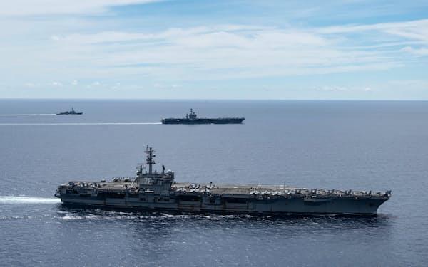 南シナ海で演習を行う米海軍の2隻の空母(2020年7月)=米海軍提供・AP