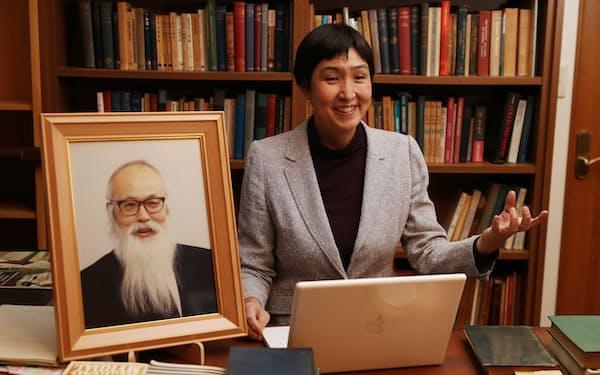 宇沢愛用のデスク、遺稿を収めたパソコンがある部屋で思い出を語る長女の占部まりさん(東京都内)