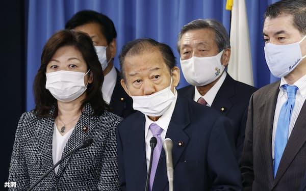 記者会見する二階幹事長(20年12月22日、自民党本部)=共同