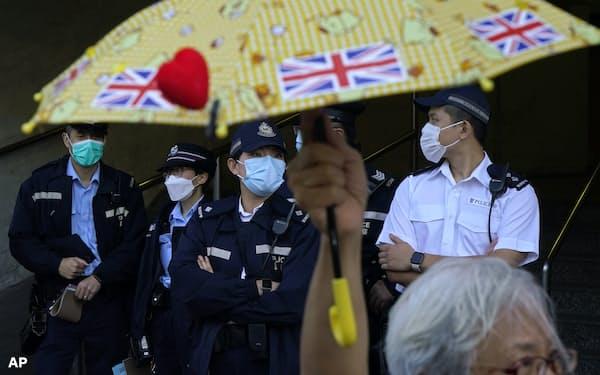 反政府的な活動への締め付けが強まる香港では英国への移住を希望する市民が増えている=AP