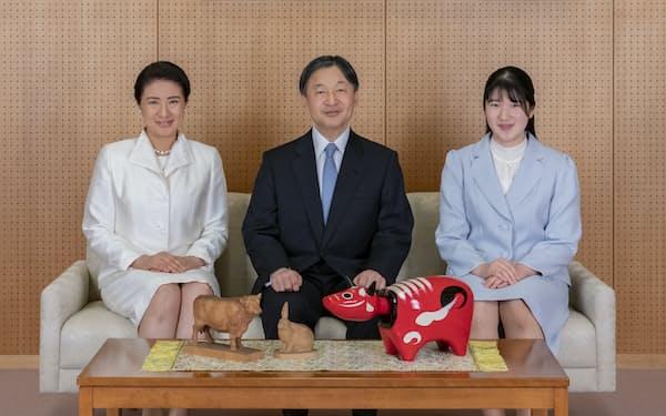 うし年にちなみ、机上に赤べこなどを置いて写真に納まる天皇ご一家(2020年12月21日、赤坂御所)=宮内庁提供