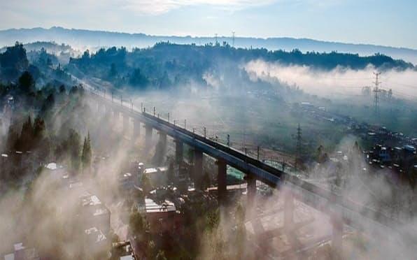 四川省成都とチベット自治区ラサを結ぶ川蔵鉄道は成都―雅安間を先行して開通させた(地元政府のサイトから)