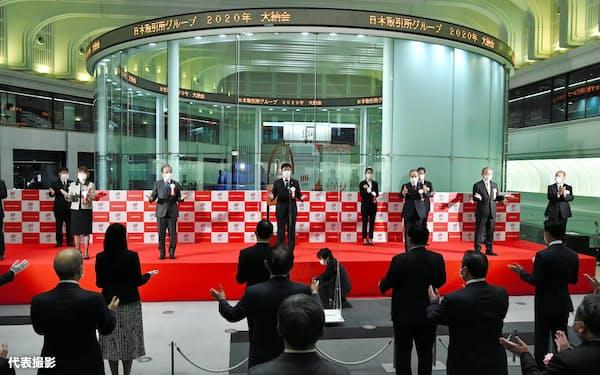 大納会の来場者は昨年の約630人から約40人に減り、恒例の著名人ゲストを招かない静かな納会となった(東京・兜町の東京証券取引所)=代表撮影