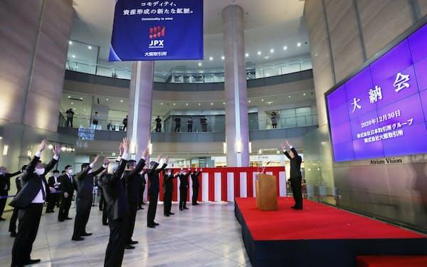 大阪取引所の大納会で万歳する市場関係者ら(30日、大阪市中央区)
