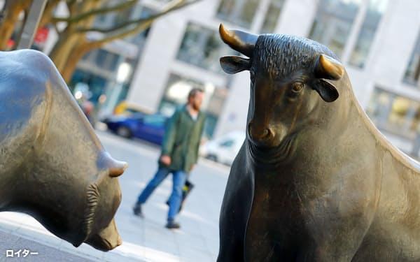 ドイツ取引所前にある牛と熊の彫像、牛は強気、熊は弱気を象徴する(独フランクフルト)=ロイター