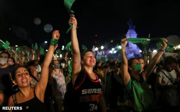 人工中絶の合法化を喜ぶ市民(30日、ブエノスアイレス)=ロイター