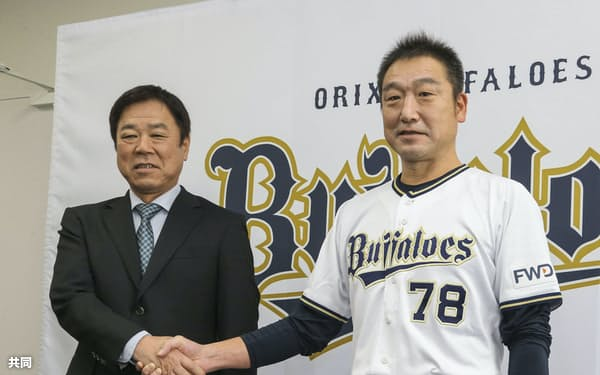 就任が決まり福良淳一ゼネラルマネジャー(左)と握手する中嶋監督(2020年11月)=共同