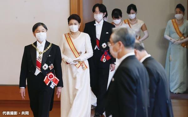 「新年祝賀の儀」に臨まれる天皇、皇后両陛下と皇族方(1日午前、宮殿・松の間)=代表撮影・共同
