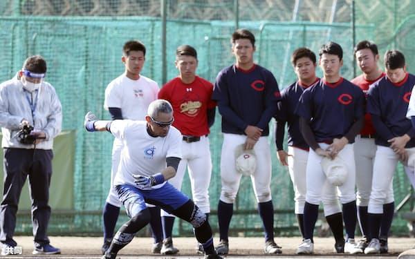 昨年12月、智弁和歌山高の選手を指導するイチローさん=共同