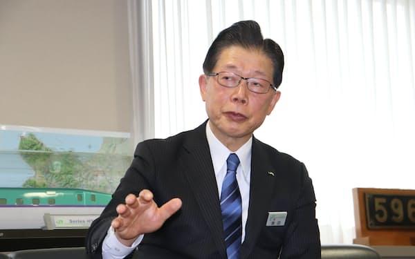 日本経済新聞のインタビューに応じるJR北海道の島田社長