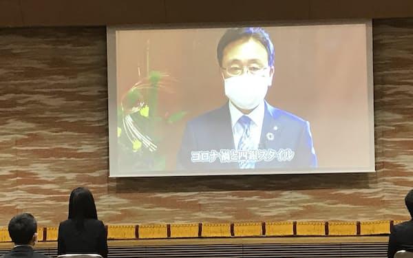 動画で訓示する四国銀行の山元文明頭取(4日、四国銀本店ホール)