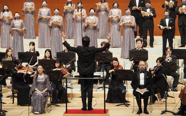 神戸市室内管弦楽団と神戸市混声合唱団が出演した「阪神・淡路大震災25年 特別合同演奏会」。指揮は佐渡裕氏(2020年12月19日、神戸文化ホール)