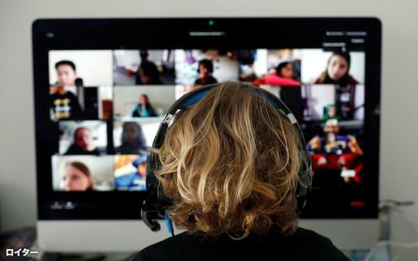 スペインのバルセロナでズームを使ってオンラインで授業を受ける学生=ロイター