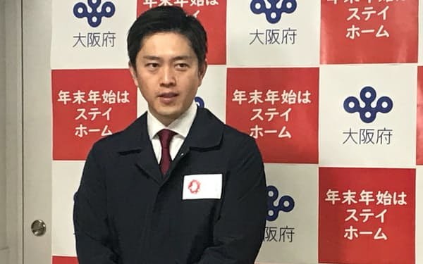 記者団の取材に応じる吉村知事(4日、大阪府庁)