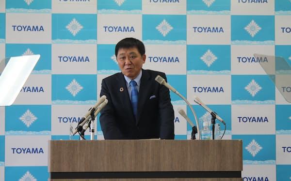 記者会見する富山市の森市長(4日)