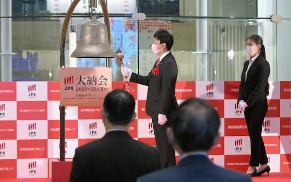 日経平均株価は2020年末に約30年ぶりの高値を付けた(12月30日、東京証券取引所が開いた大納会)=代表撮影