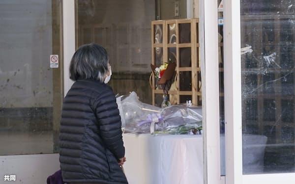 特別養護老人ホーム「千寿園」で献花した遺族(4日午前、熊本県球磨村)=共同