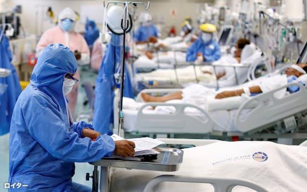 新型コロナウイルスに関する研究は進んでいるが、わかっていないことはなお多い(ペルーの首都リマの病院の集中治療室で新型コロナ患者のケアにあたる医療従事者)=ロイター