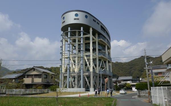 高知県黒潮町の津波避難タワー。あらゆる地域にこうしたタワーを造ることは現実的には難しい=京都大学提供