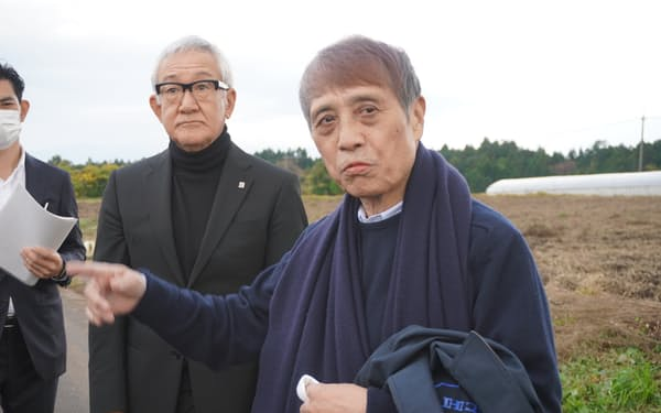 ワイナリー予定地を視察する安藤氏(㊨)と藤尾社長