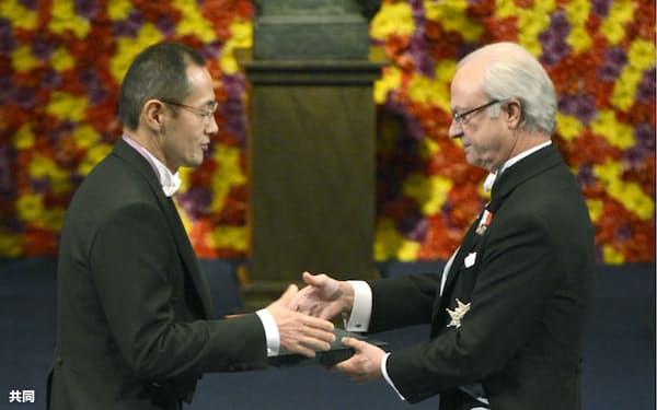 山中伸弥京都大学教授のノーベル賞受賞からiPS細胞への集中投資は始まった(2012年12月、ストックホルム)=共同