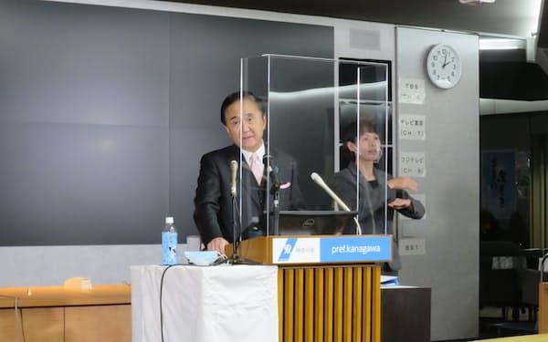 神奈川県の黒岩知事㊧が病床確保などに向けた対策を説明した(5日、県庁)